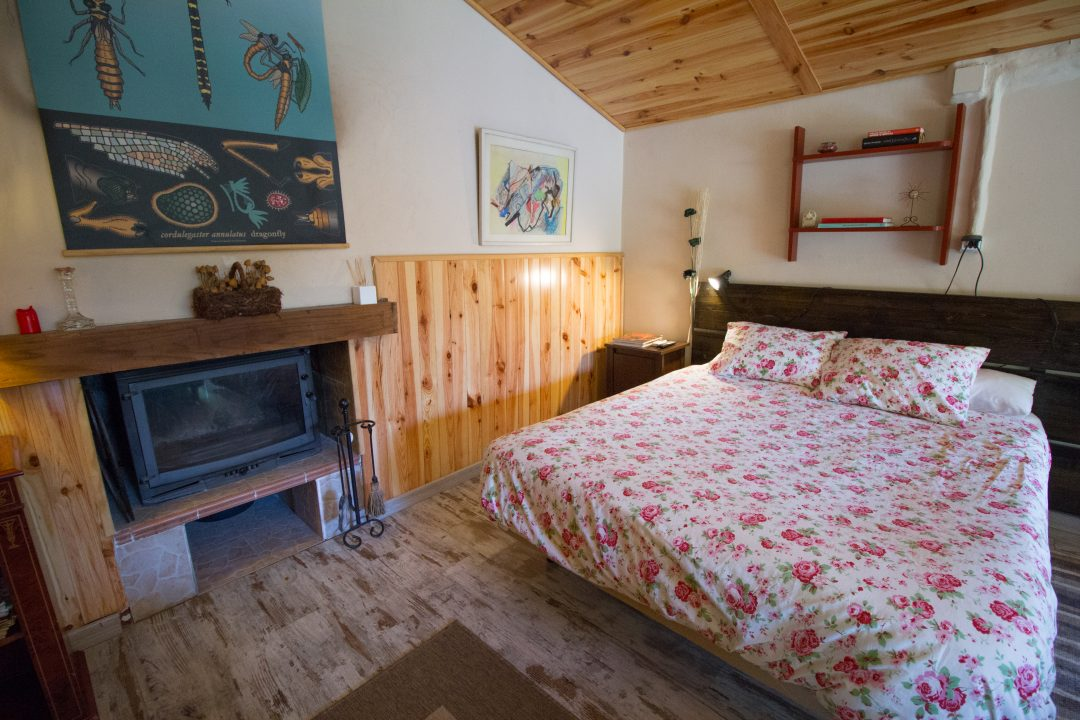 Dormitorio y chimenea